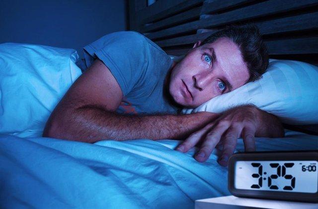 Archivo - Hombre con insomnio.