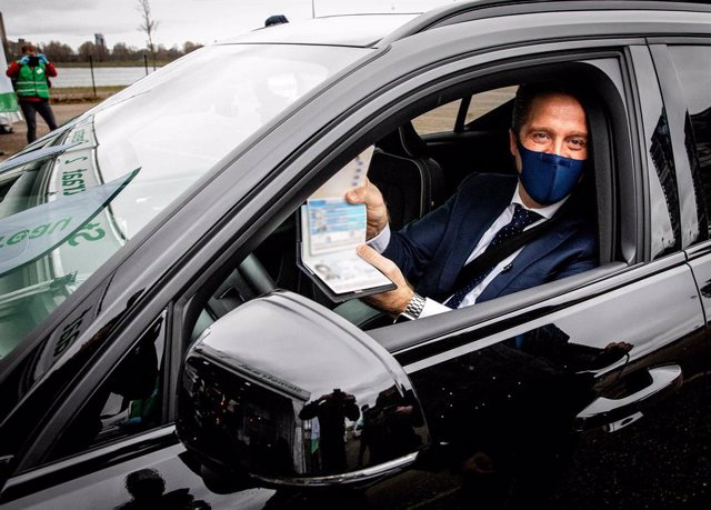 17 March 2021, Netherlands, Rotterdam: Dutch Health Minister Hugo de Jonge shows his invalid passport to media representatives after he failed at the first attempt to cast his vote in the 2021 Dutch general election. Photo: Jeffrey Groeneweg/ANP/dpa