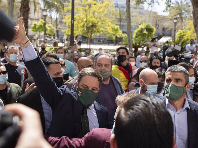 El presidente de Vox, Santiago Abascal, este miércoles en Sevilla rodeado de simpatizantes en el acto que ha protagonizado.