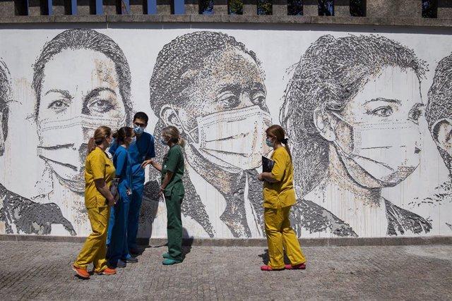 Mural en honor de los trabajadores sanitarios en el Hospital Sao Joao, en Porto, Portugal.