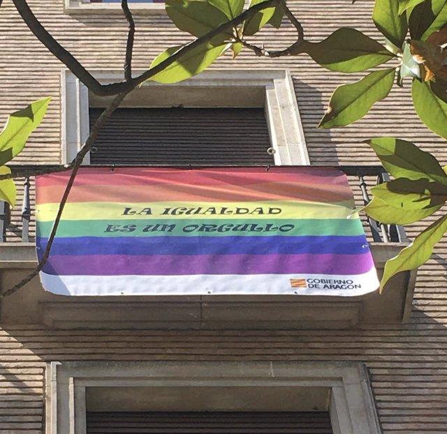 Archivo - Bandera LGTBI en la Plaza del Pilar