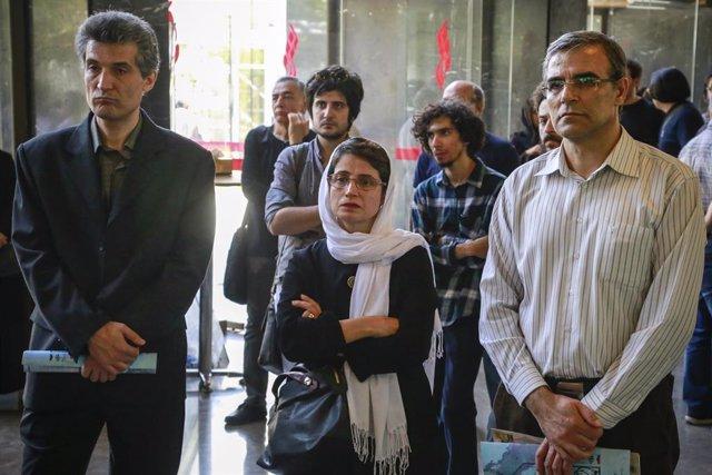 Archivo - Nasrin Sotudé (centro) asiste a un acto en Teherán en agosto de 2017
