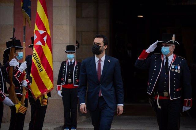 Els mossos reben l'expresident del Parlament, Roger Torrent, que serà substituït per la candidata de Junts, Laura Borràs, proclamada nova presidenta de la cambra.