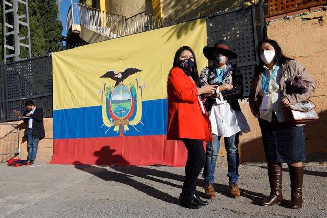 Archivo - Tres mujeres acuden a votar en Murcia para los comicios en Ecuador