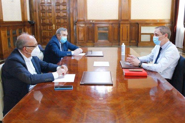 El subdelegat del Govern central a Lleida, José Crespín, juntament amb el cap de Carreteres de l'Estat a Catalunya, Vicenç Vilanova, i el cap de la Unitat de Carreteres a Lleida, Juan Antonio Romero