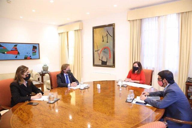 La diputada de Vox Idoia Ribas, el portavoz de Vox en el Parlament, Jorge Campos, la presidenta del Govern, Francina Armengol, y el conseller de Modelo Económico, Turismo y Trabajo, Iago Negueruela.