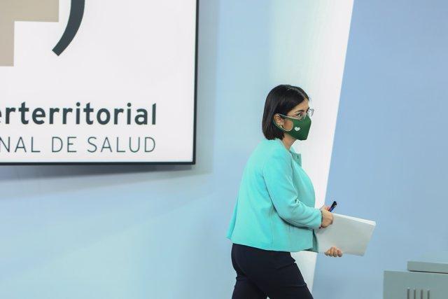 La ministra de Sanidad, Carolina Darias, se dirige a ofrecer una rueda de prensa tras la reunión del Consejo Interterritorial de Salud, en Madrid (España), a 17 de marzo de 2021.