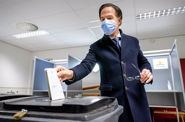 17 March 2021, Netherlands, Ouderkerk aan de Amstel: Mark Rutte, Dutch Prime Minister and leader of the People's Party for Freedom and Democracy (VVD), casts his vote in a polling station at a primary school during the 2021 Dutch general election. Photo: