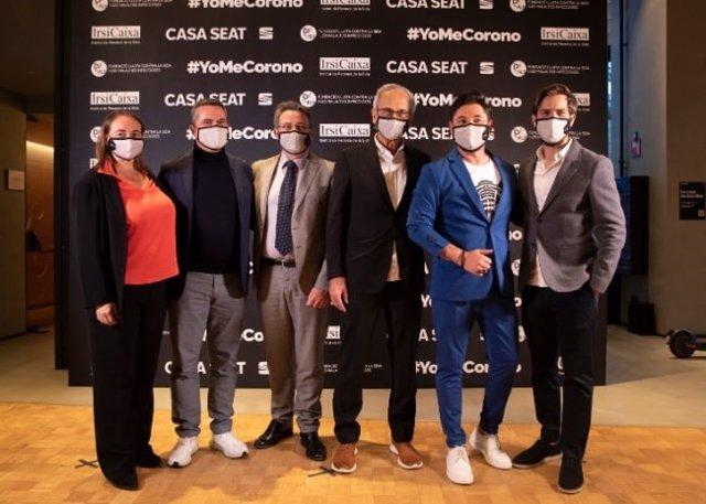 El president de la Fundació Lluita Contra la Sida i les Malalties Infeccioses (FLS), Bonaventura Clotet, al costat d'altres convidats de l'esdeveniment solidari 'Jo em corono' a la Casa Seat de Barcelona