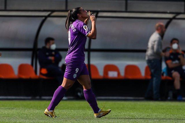 Cristina Martín celebra un gol con la UD Granadilla Tenerife Egatesa