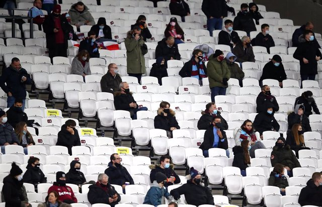 Archivo - 05 December 2020, England, London: West Ham United fans in the stands prior to start of the English Premier League soccer match between West Ham United and Manchester United at The London Stadium. Photo: Julian Finney/PA Wire/dpa