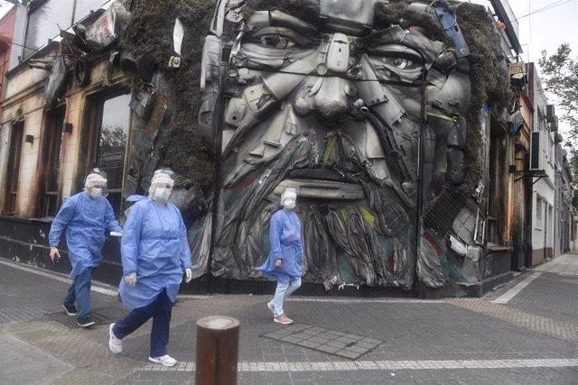Archivo - Trabajadores sanitarios se dirigen a hacer pruebas del coronavirus en Buenos Aires