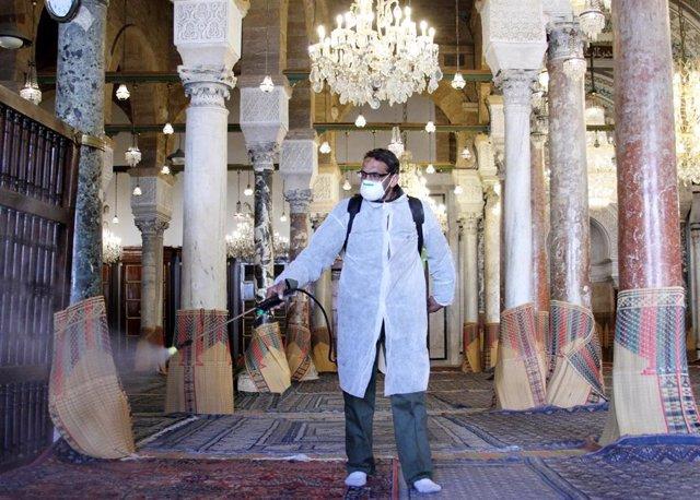 Archivo - Trabajos de desinfección en una mezquita de Túnez en medio de la pandemia de coronavirus
