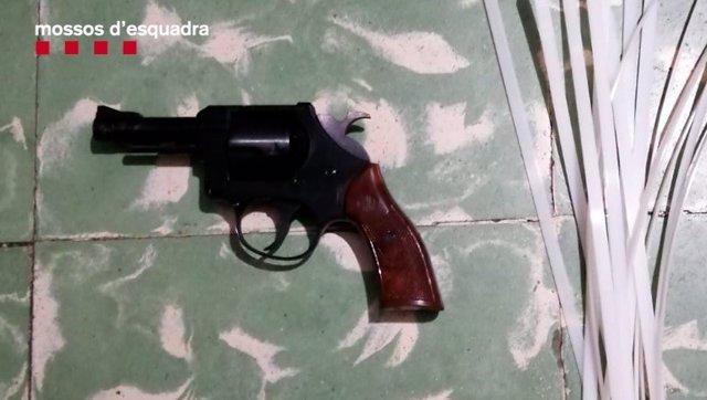 Arma confiscada als detinguts.