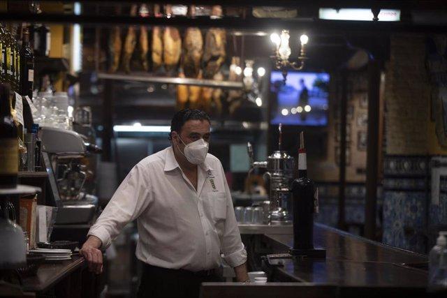 Un camarero en la barra de un bar. Andalucía amplía hasta las 21.30 horas la apertura de hostelería y comercio en municipios con nivel 2 de alerta. En Sevilla (Andalucía, España), a 05 de marzo de 2021.
