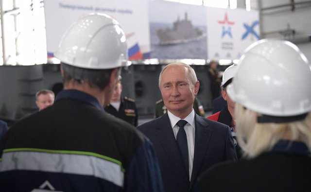 Archivo - HANDOUT - 20 July 2020, ---, Crimea: Russian President Vladimir Putin (C) speaks with employees of the Kerch's Zaliv shipyard during his trip to Crimea. Photo: -/Kremlin/dpa - ATTENTION: editorial use only and only if the credit mentioned above