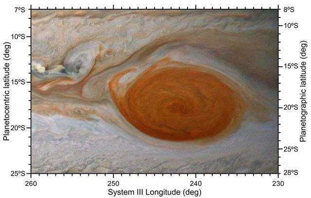 Nubes rojas se desprenden de la Gran Mancha Roja de Júpiter durante un encuentro con un anticiclón más pequeño, como lo vio la JunoCam de alta resolución de la nave espacial Juno el 12 de febrero de 2019.