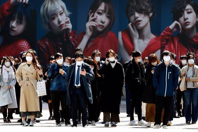 11 March 2021, Japan, Tokyo: People wearing masks cross the famous scramble intersection near Shibuya Station in Tokyo. Photo: James Matsumoto/SOPA Images via ZUMA Wire/dpa