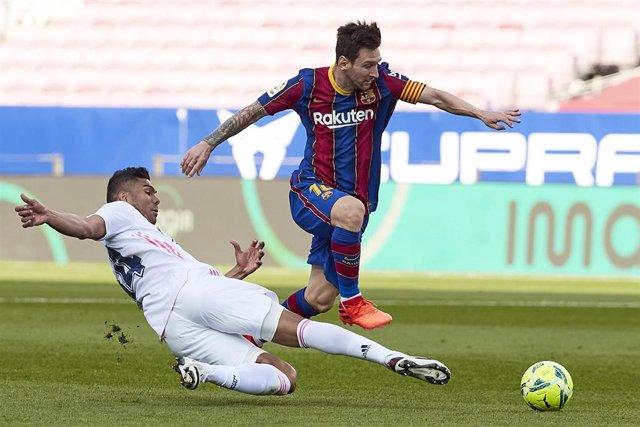 Archivo - Messi (Barcelona) y Casemiro (Real Madrid)