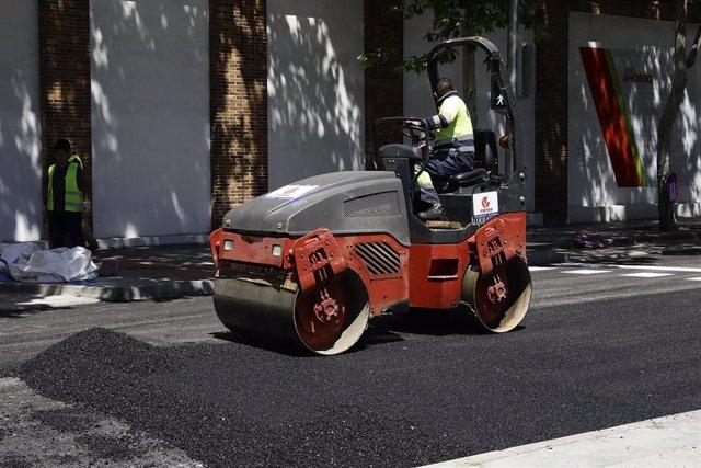 Archivo - Un operario trabaja con una máquina apisonadora en la renovación del pavimento.