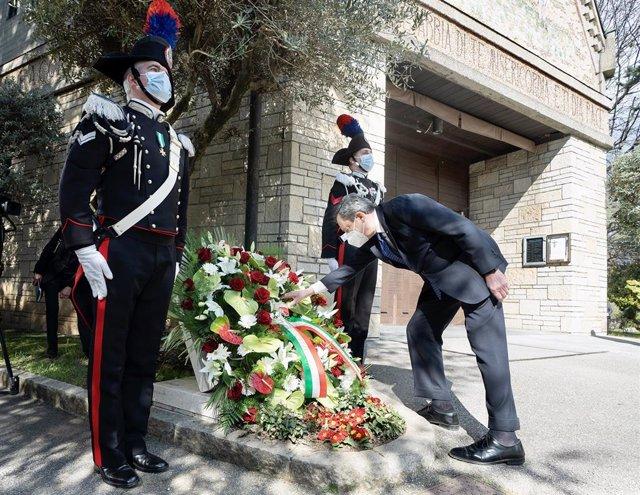 Mario Draghi homenajea a las víctimas del coronavirus en Bérgamo