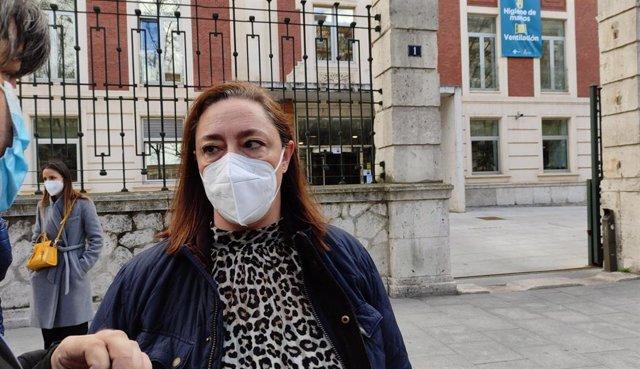 La secretaria general de Satse en Castilla y León, Mercedes Gago, a las puertas de la Consejería de Sanidad.