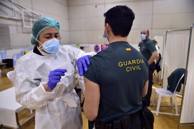 Un agente de la Guardia Civil recibe la primera dosis de la vacuna contra el covid-19