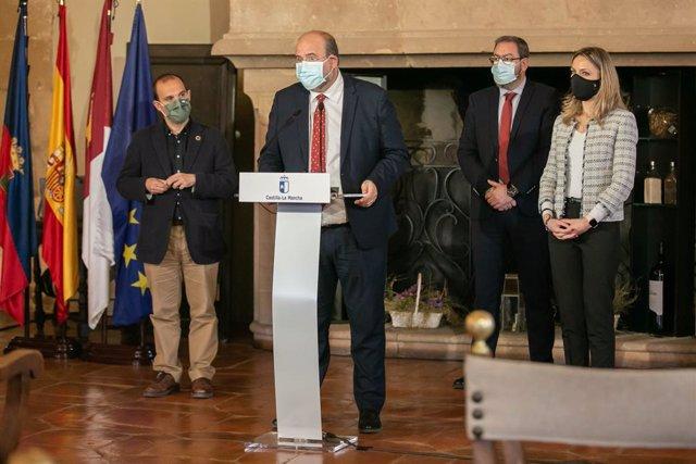 El vicepresidente del Gobierno de Castilla-La Mancha, José Luis Martínez Guijarro, informa sobre la acción del Gobierno regional