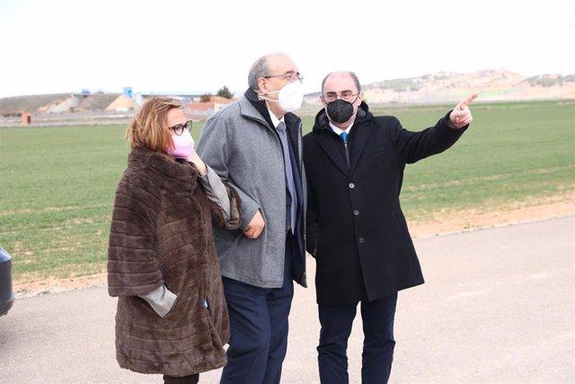 La consejera de Presidencia, Mayte Pérez; el presidente de la DPT, Manuel Rando, y el presidente del Gobierno de Aragón, en Calamocha