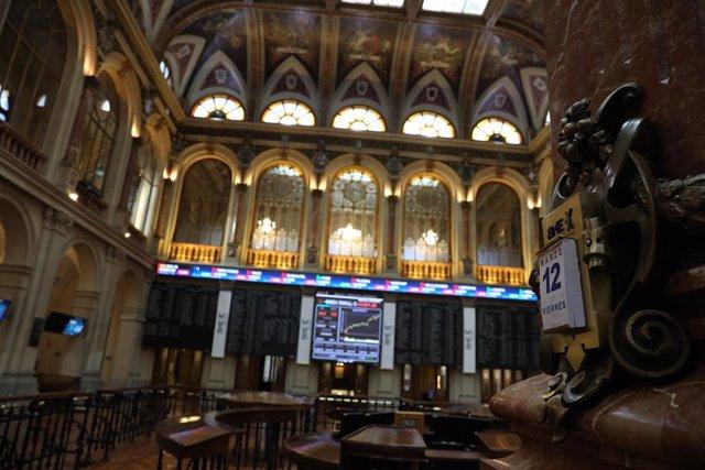 Paneles en el interior del Palacio de la Bolsa, el día en el que ha comenzado la sesión de este viernes con un leve retroceso del 0,07%, en Madrid (España), a 12 de marzo de 2021. Esta regresión llevó al selectivo madrileño a cotizar en los 8.586,80 punto