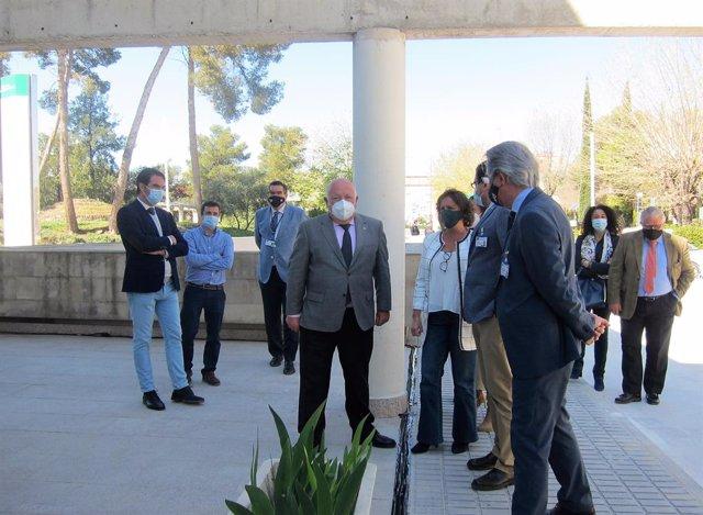 Aguirre (c) a su llegada a las instalaciones del 112 en Jaén.