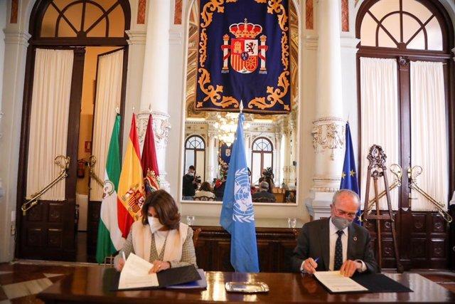 El alcalde de Málaga, Francisco de la Torre, y la jefa de Misión y representante de la Organización Internacional para las Migraciones (OIM), María Jesús Herrera