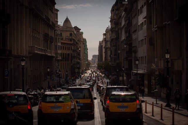 Fila de taxistes que participen en una marxa lenta a Barcelona. Catalunya (Espanya), 18 de març del 2021.
