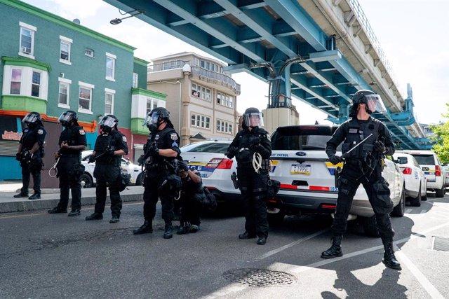 Archivo - Arxiu - Un grup de policies a Filadèlfia.