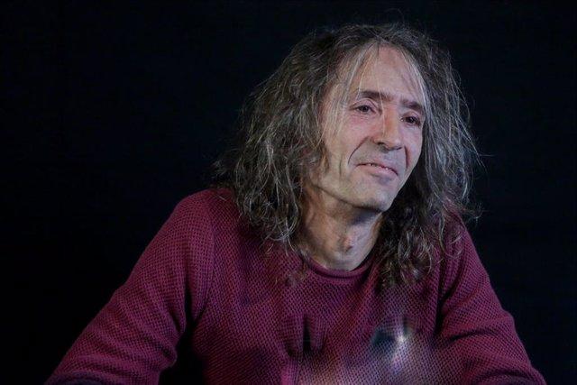 Archivo - Roberto Iniesta, de Extremoduro durante una rueda de prensa en la que ha confirmado una gira de despedida de la banda horas después del anuncio de su separación