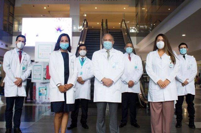 El equipo de la Clínica Imbanaco-Grupo Quirónsalud que ha realizado con éxito su primer trasplante de corazón a un paciente pediátrico menor de 5 años