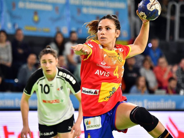 Archivo - La jugadora española de balonmano Carmen Martín lanza a portería durante un partido de las 'Guerreras'