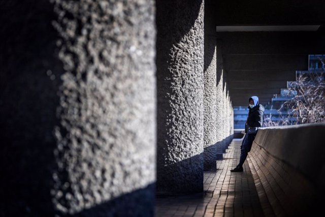 Archivo - 25 January 2021, United Kingdom, London: A man wearing a facemask is seen at the Barbican Estate during England's third national lockdown, imposed to curb the spread of coronavirus. Photo: Victoria Jones/PA Wire/dpa