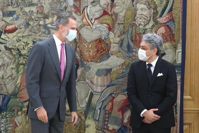 Archivo - El Rey Felipe VI (i), junto al consejero delegado del Grupo Renault, Luca de Meo (d), en el Palacio de la Zarzuela, en Madrid (España), a 17 de Noviembre de 2020.