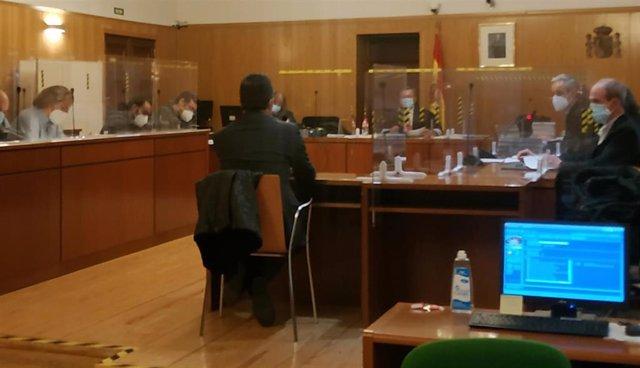 Declaración del vicesecretario general, de espaldas, y a su derecha en primer plano el funcionario acusado.