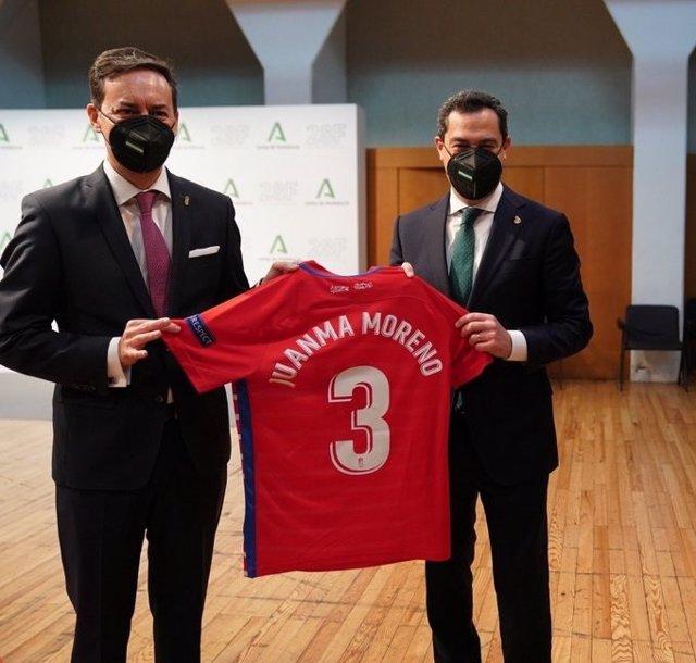El presidente de la Junta, Juanma Moreno, en una imagen de archivo con una camiseta personalizada del Granada