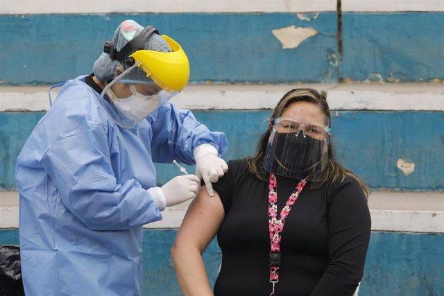 Archivo - Campaña de vacunación contra la gripe en Perú, en el marco de la crisis sanitaria provocada por la COVID-19.