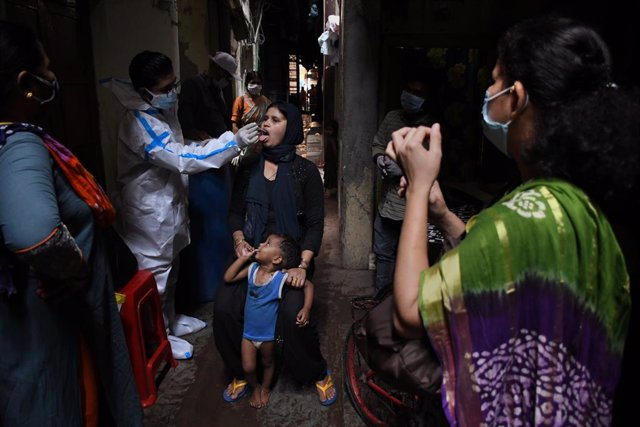 18 March 2021, India, Mumbai: A healthcare worker wearing Personal Protective Equipment (PPE) collects a nasal swab from a woman inside Dharavi slum in Mumbai. Photo: Ashish Vaishnav/SOPA Images via ZUMA Wire/dpa