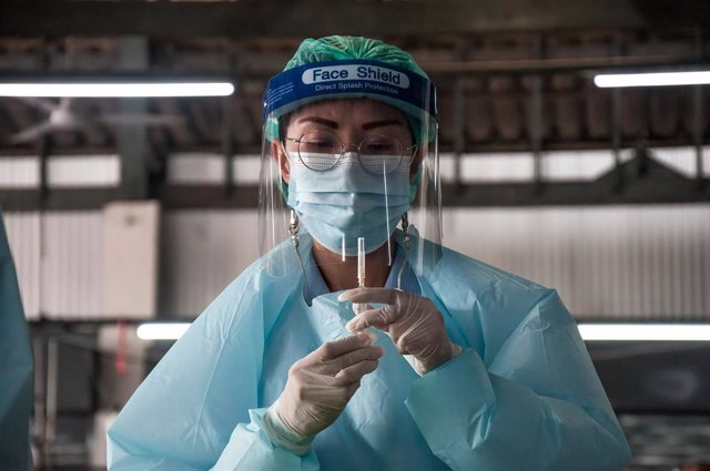 18 March 2021, Thailand, Bangkok: A health worker prepares a dose of the Chinese Sinovac coronavirus vaccine during a mass vaccination campaign at a vaccination centre. Photo: Peerapon Boonyakiat/SOPA Images via ZUMA Wire/dpa
