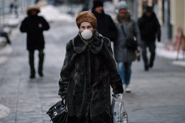 Una mujer con mascarilla en Moscú