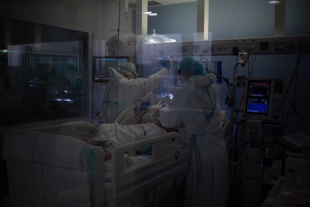 Archivo - Arxiu - Sanitaris protegits atenen un pacient a l'UCI.