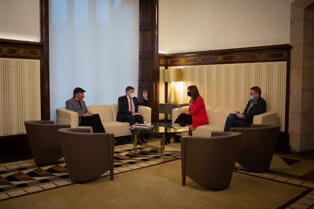 La presidenta del Parlament, Laura Borràs, es reuneix amb el president de Pimec, Antoni Cañete, i l'adjunt a la presidència, Miquel Camps, a la cambra catalana. Catalunya (Espanya), 19 de març del 2021.