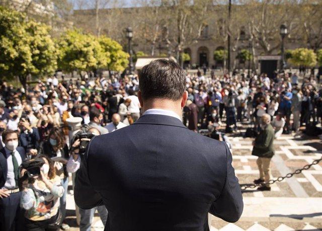 El presidente de Vox, Santiago Abascal, en la Plaza Nueva de Sevilla