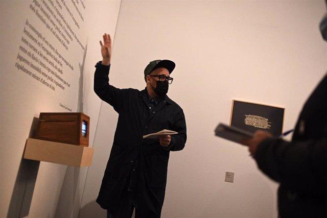 El director de La Virreina, Valentín Roma, en la presentación de la exposición 'La violència il·lustrada' sobre Nanni Balestrini