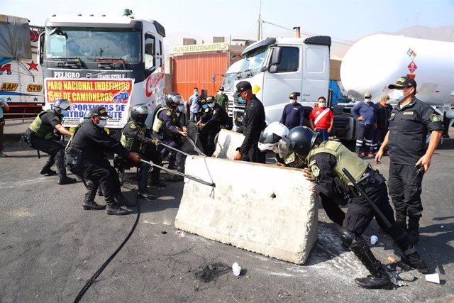Agentes de Policía desbloquean una carretera durante una huelga de transportistas en Perú.